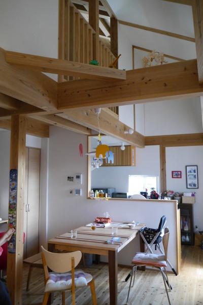 木の家のリビングからキッチン
