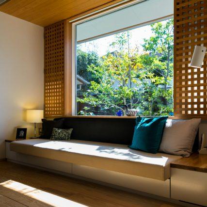 伊礼智の家 窓とソファ