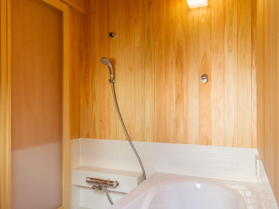 壁が桧のお風呂ならソーラーコム