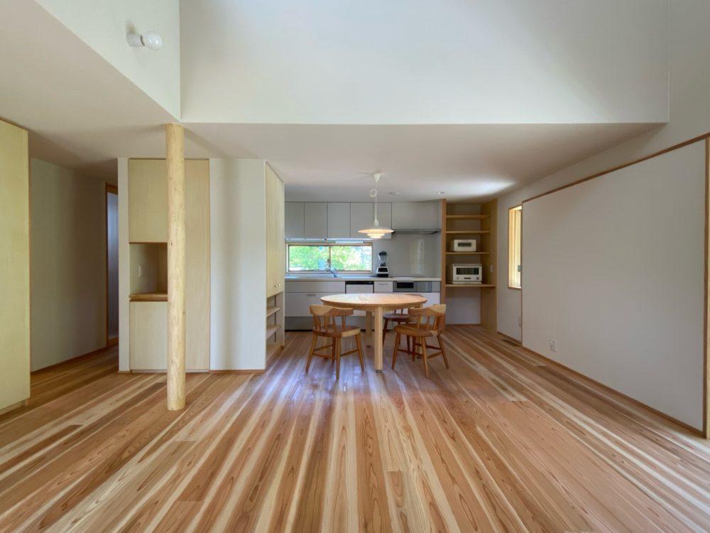 天井を抑えるだけでは圧迫感になる。照明、窓、家具、建具との連携が必要