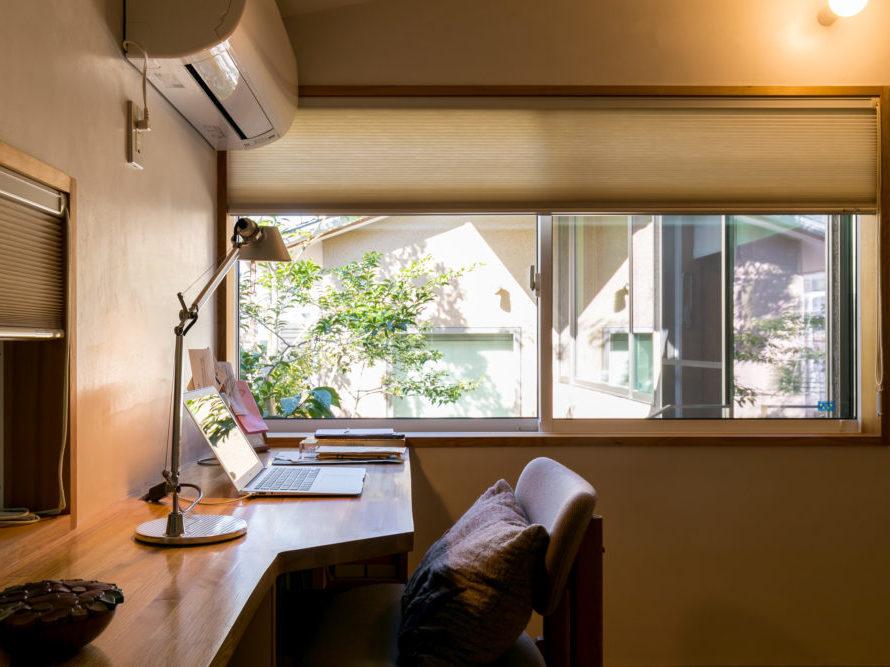 伊礼智設計、ソーラーコム施工の豊中の家ではすべての窓に高断熱のカーテンが採用されている