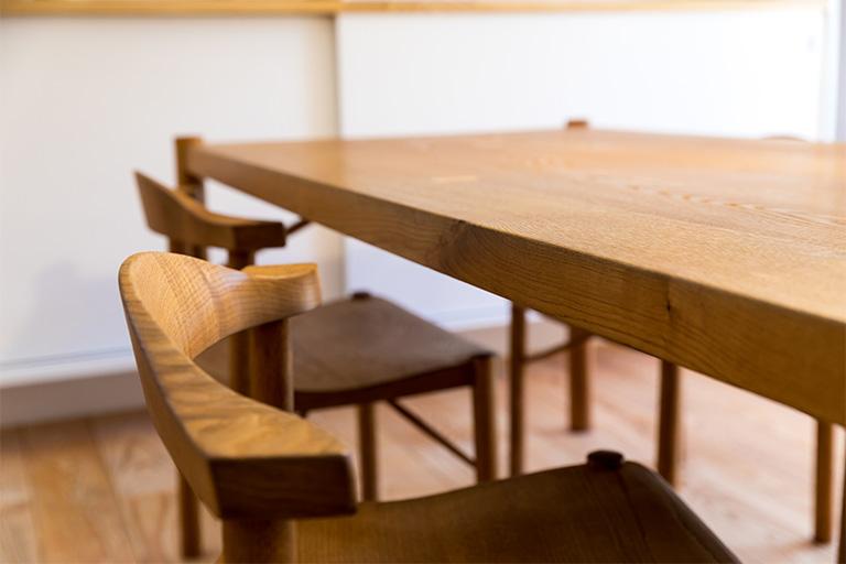 優しい風合いのある木製のテーブルや椅子