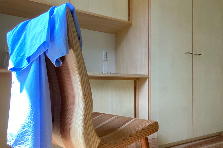作り付けの家具と、椅子にかけられた衣服