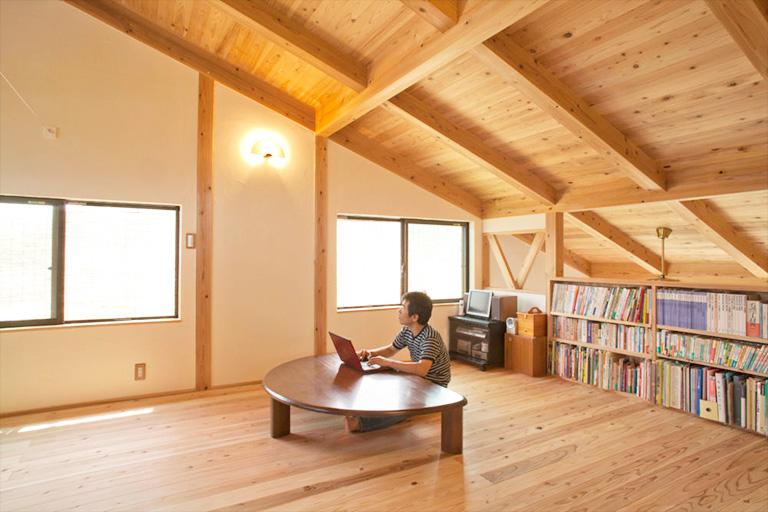 本のたくさん並んだ屋根裏部屋