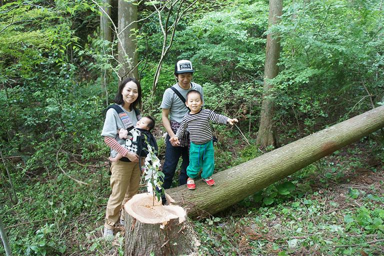 伐採体験をした切り株の前で、家族で記念写真